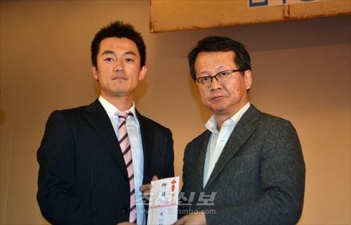 埼玉南部支部新年会にて、32期卒業生のキム・ヒョンホさんが高石典校長に寄付金が手渡された。(写真:朝鮮新報)